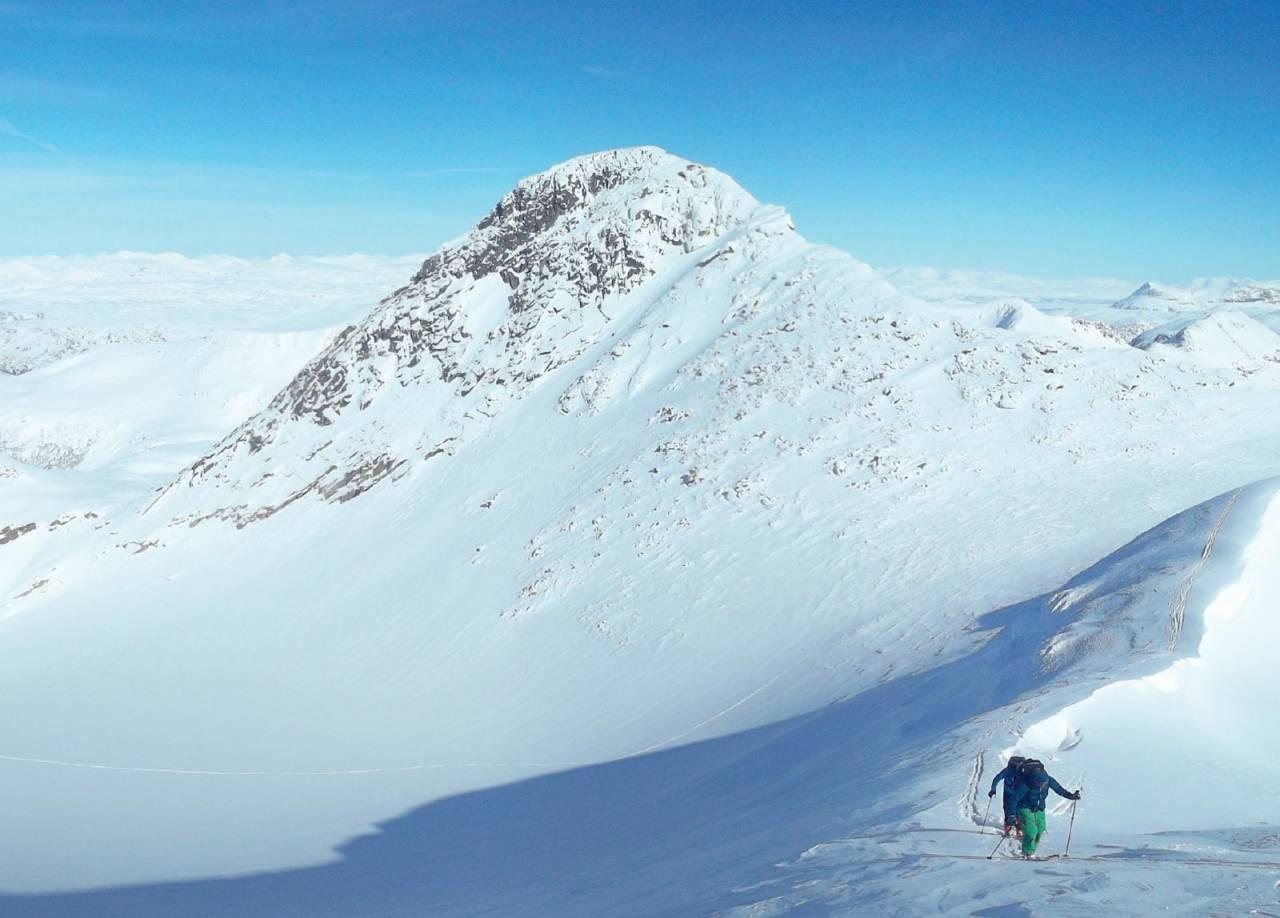 På tur opp mot sørvesttoppen på Storfjellet. Hovedtoppen vises godt i bakgrunnen. Foto: Kaj Sønnichsen