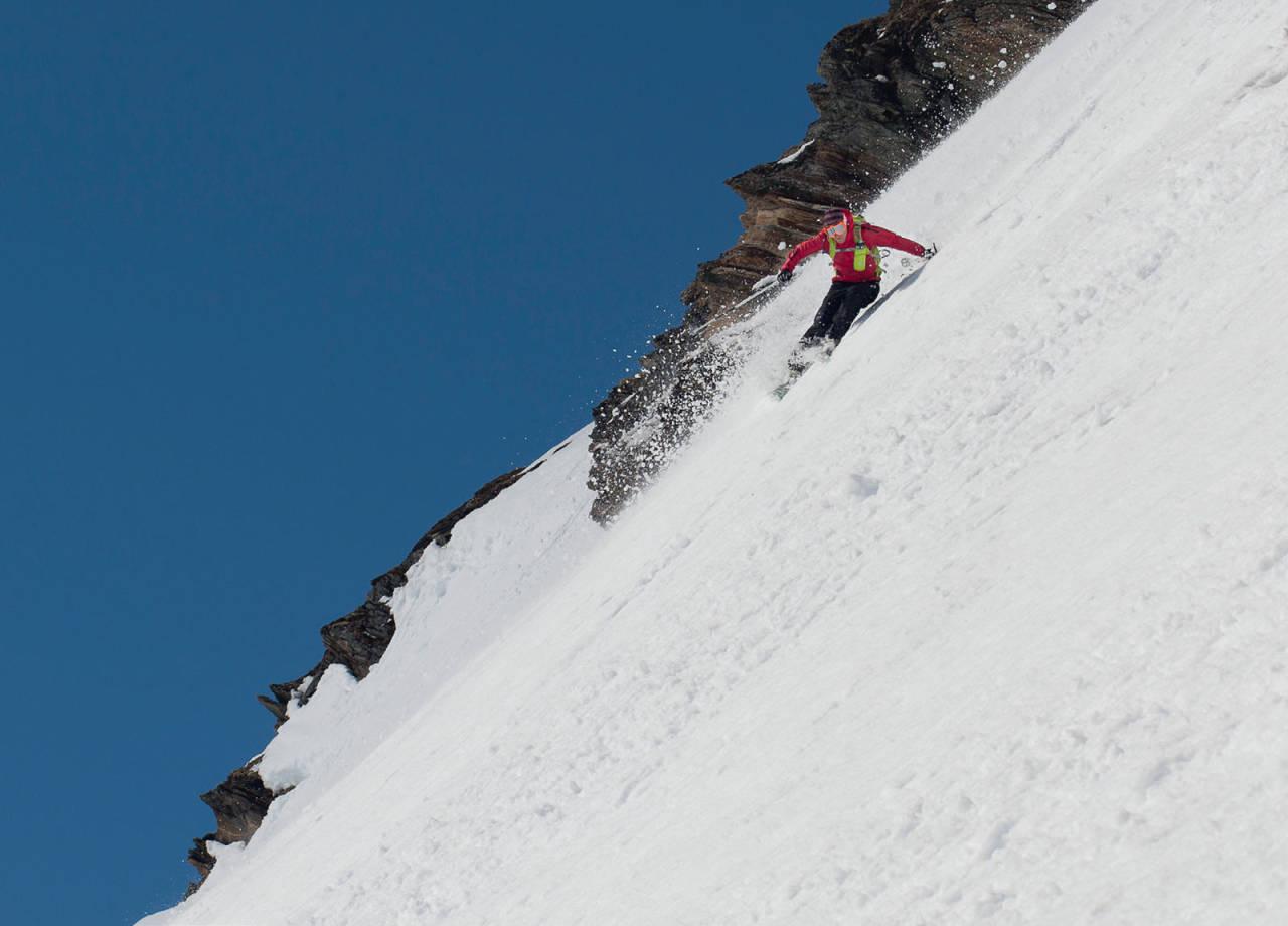 Mikael af Ekenstam tester et bratt alternativ på vestsiden av Stortinden. Foto: Jan-Arne Pettersen / Toppturer rundt Narvik.