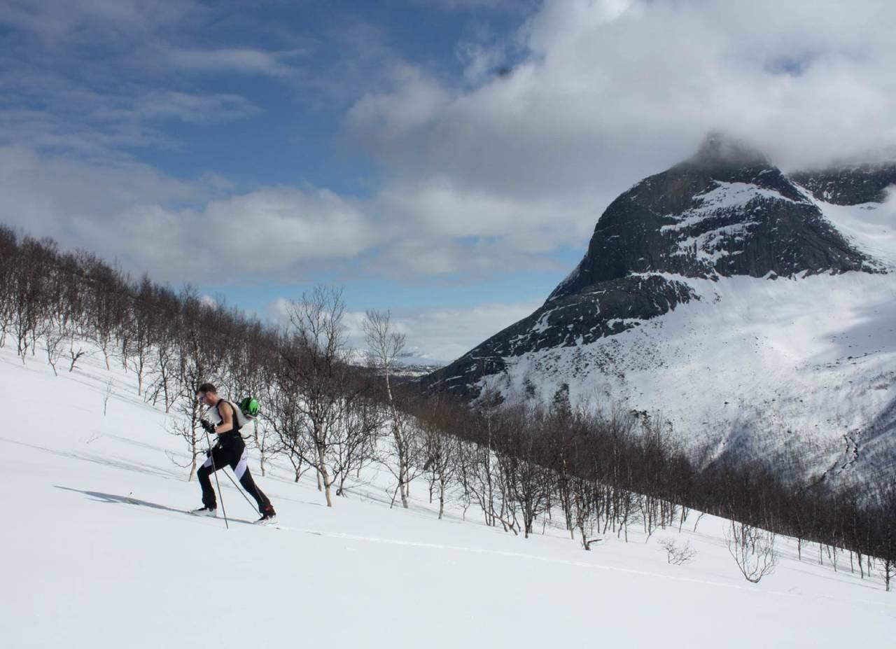 Jan Eirik Holen på tur opp mot Titinden, med Stetinden i bakgrunnen. Foto: Mikael af Ekenstam / Toppturer rundt Narvik.
