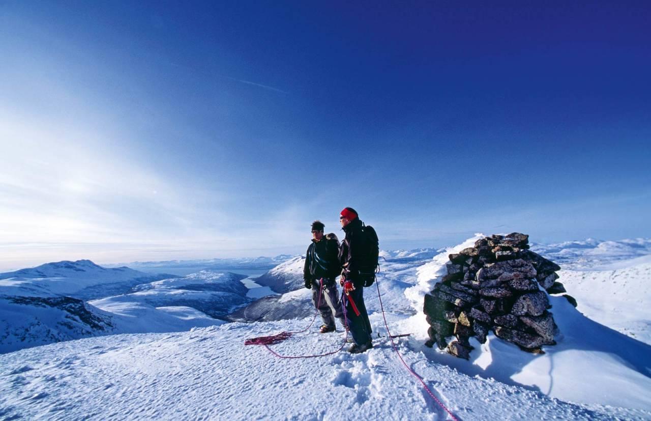 Jennie Kumlin og Mikael af Ekenstam på toppen av Vomtinden. Beisfjorden og Ofotfjorden vises i bakgrunnen. Foto: Lars Thulin / Toppturer rundt Narvik.