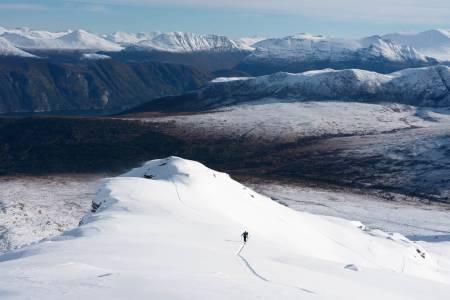 I grenseland. Asbjørn Eggebø Næss inviterer til undervisningssamling midt mellom haust og vinter på Åbittind
