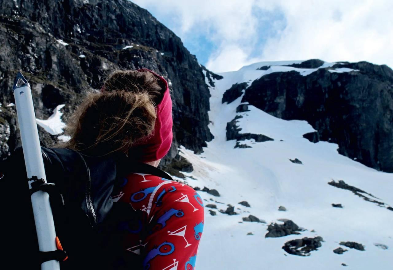 Forfatteren sjekker dagens første nedkjøring. Sveigenrenna er en vår-favoritt! Foto: Trygve Studsvik. / Fra Toppturer i Sørvest.