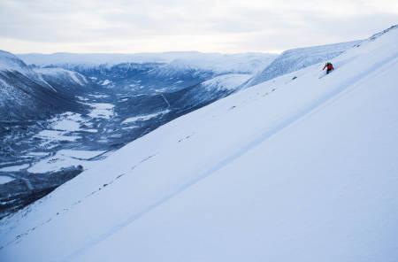 ANDRESPOR: Selv om en snowboarder knep førstesporet, syns likevel Malin Wassdahl det var fint å kjøre ned fra Gjerdhøa på sånt romjulsføre. Foto: Tore Meirik