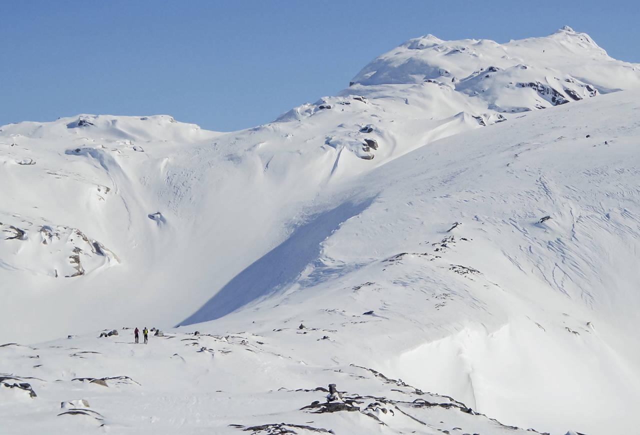 Snønuten, med sine store og brede flanker, frister! Dette blir fort tradisjonsturen. Mostølhytta åpner for helgetreff for kompiser. Foto: Lars storheim