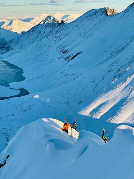 Det begynner å bli bratt, og snøen er dyp. Foto: Espen Helgesen