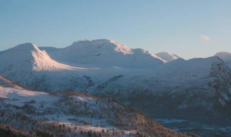 Blåfjellet og Moanebba til høyre. Nordvendt, fint skiterreng.