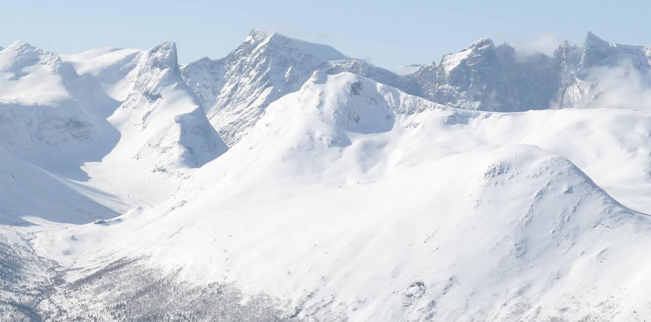 Blånebba ligger fantastisk til med sine alpine omgivelser. Turen opp til ryggen har to varianter som gir større spillerom i forhold til snødekke.
