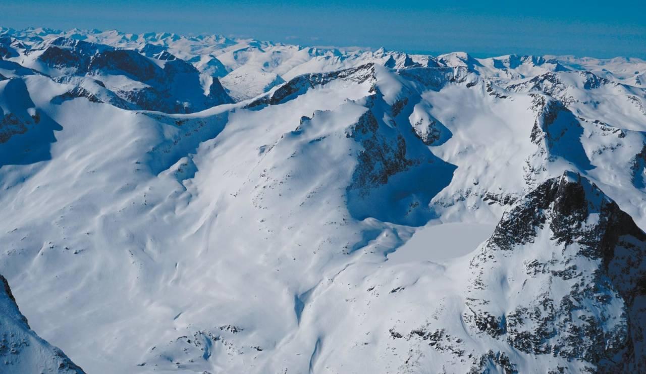 Finnan massivet med det tre turene opp; Sørøstryggen, Østryggen og Nordryggen. Nordre og Søndre Finnanbre på hver side av Østryggen. Alnestinden til venstre