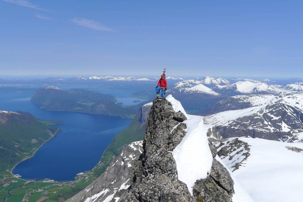 Nordryggen på Finnan er en luftig klyve/klatretur med fantastisk utsikt. Foto: Halvor Hagen