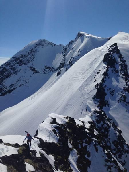En lang dag med mye krevende terreng. Mye opp og ned, på og av med ski gjennom et fantastisk og variert tindelandskap. Foto: Halvor Hagen