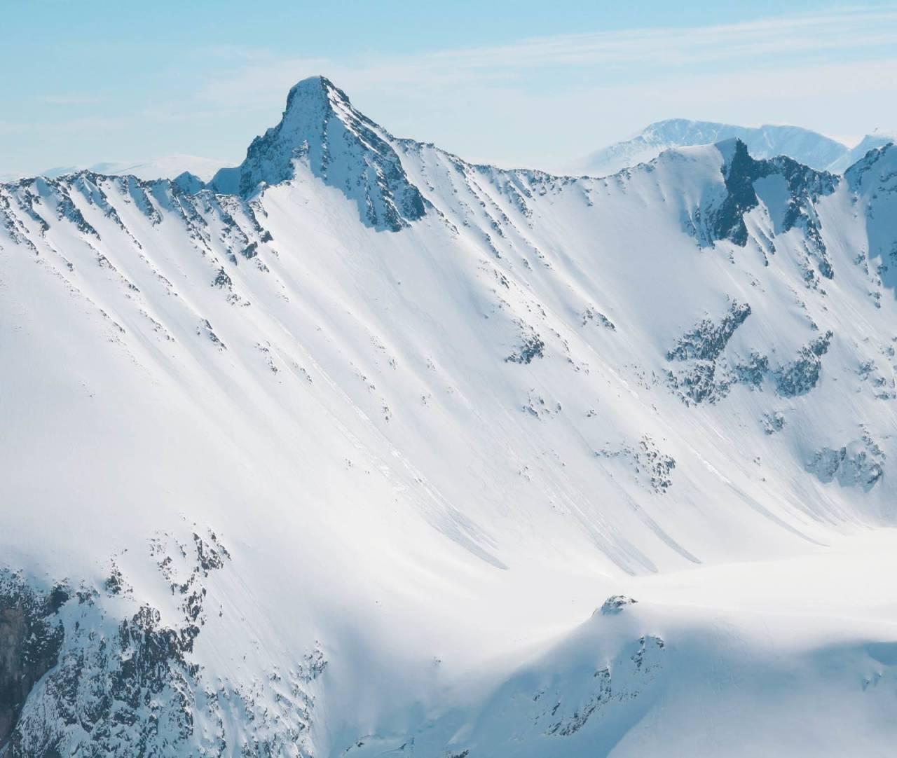 Det er en lang tur inn til Hoemtinden og fjellet er bratt på alle kanter. En krevende klassiker for spreke og dyktige skiløpere. Siste del av Hauduken traversen vises også.