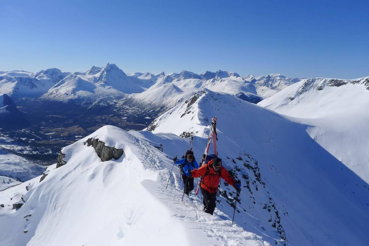 Isfjordstraversen er den mest populære toppturtraversen i Romsdalen. Ryggen er stort sett noen meter bred, men det er stedvis bratt på sidene. Det er vanlig å sette skiene på sekken. Foto: Halvor Hagen