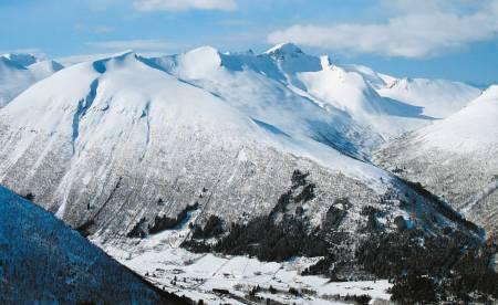 Kaldtinden til venstre og Grøntinden er turer med lett tilgjengelighet til fantastisk skiterreng.