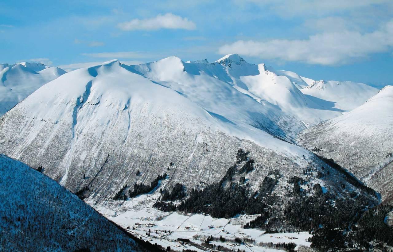 Kaldtinden sett fra øst. Foto: Tore Meirik. / Trygge toppturer.
