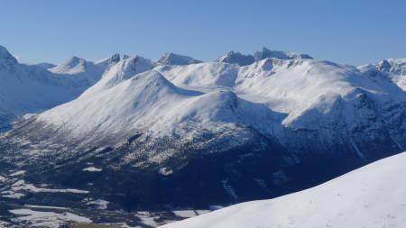 Litlehesten (nermest) når sdåvidt over skoggrensen og har mye fint skiterreng. Storehesten til venstre og Bånebba bak.