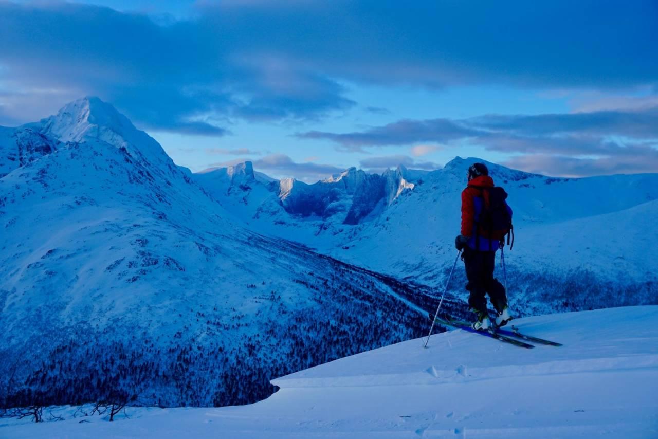 Vinterlys på toppen av Moanebba. Dette er en enkel tur med en fantastisk utsikt til de større fjelle rundt. Foto: Halvor Hagen