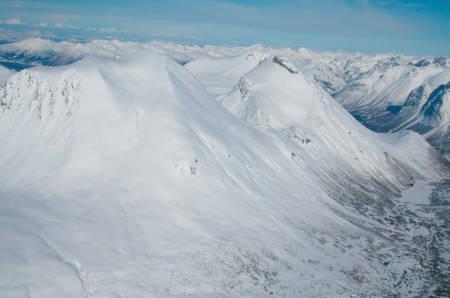 Nonstinden med sin flotte skålform gir gode muligheter for å finne god snø. Til høyre ligger den brattere Middagstinden med den store vestflanken.