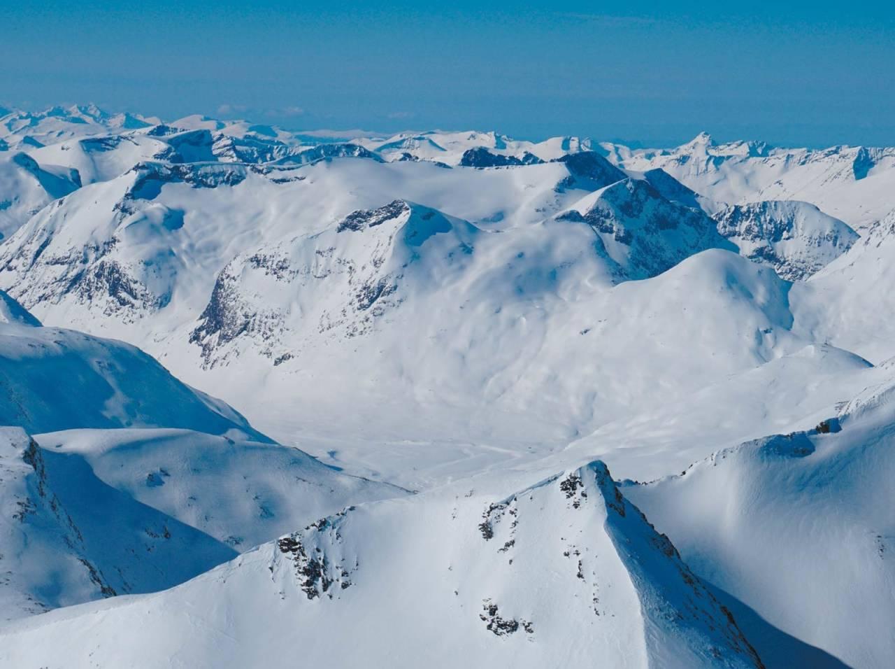 Ringshornet til venstre har felles start med østre Småholtind.