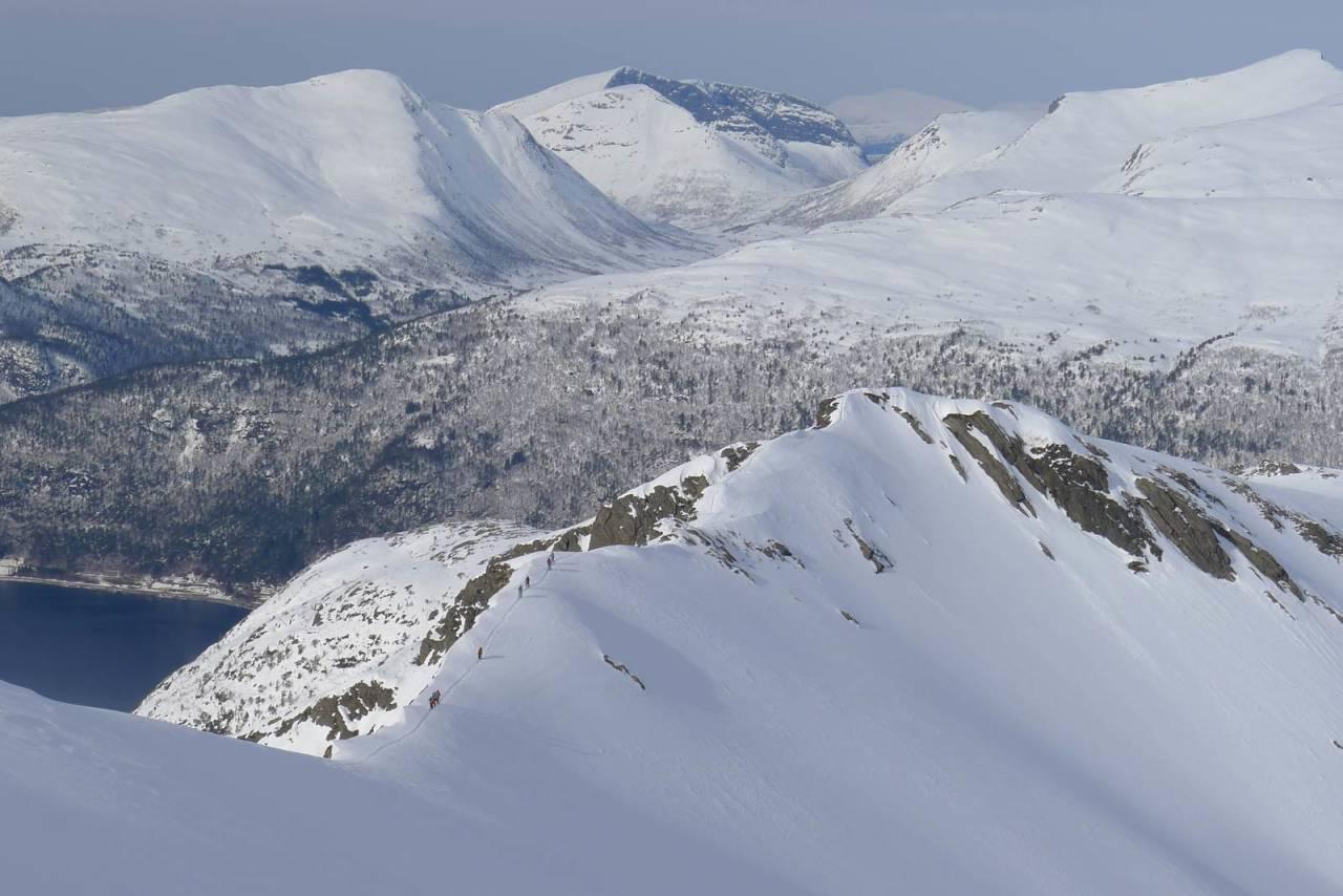 På vei fra Høgaksa over mot Mjølvafjellet. Her er det stedvis bratt og luftig. God snø som gir godt steg i snøen er viktig for å hindre utglidning. Foto: Halvor Hagen