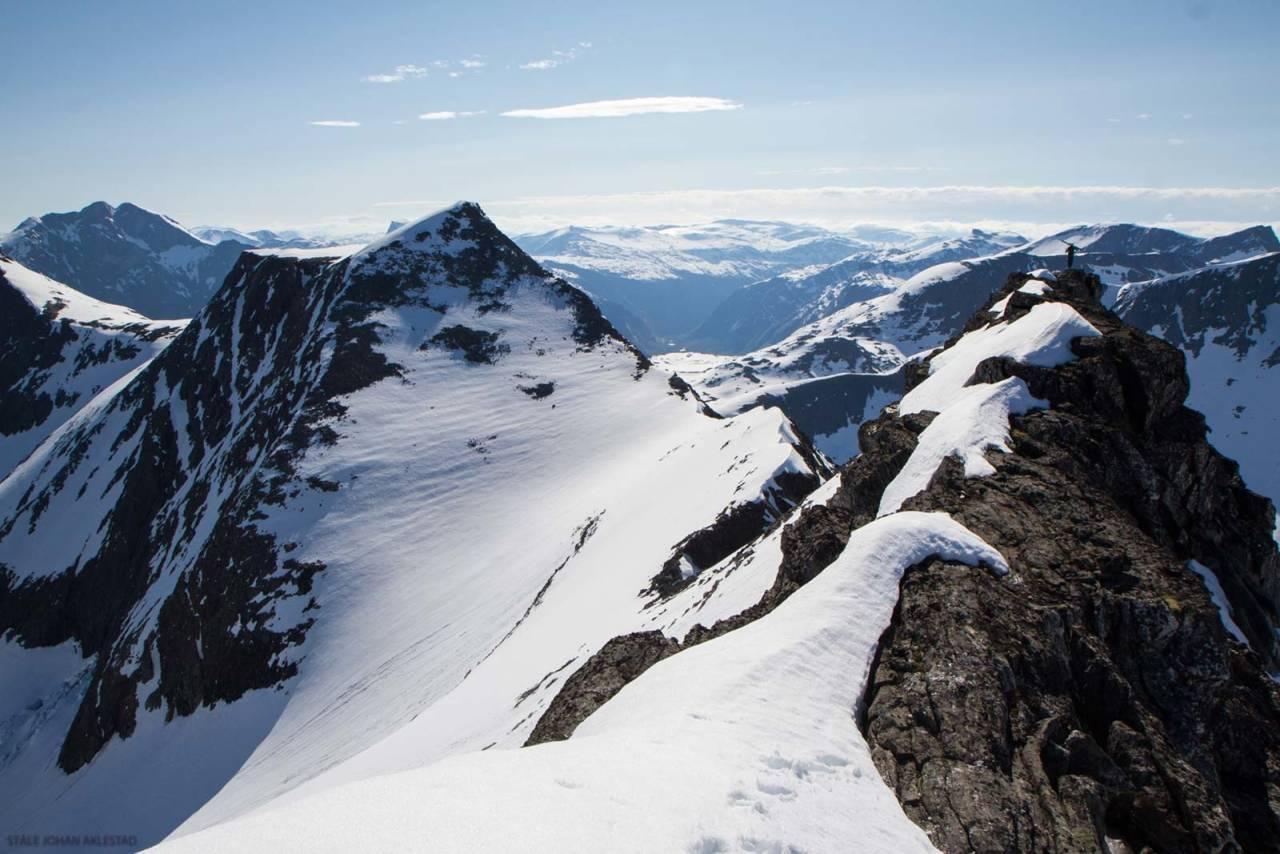 På toppen av Stigbotthornet. På vei for å finne en god inngang til nordflanken. Foto: Ståle Johan Aklestad