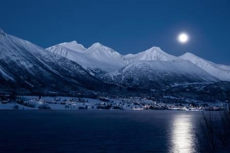 Isfjorden ligger idyllisk til ved foten av noen av de fineste skifjellene i landet. Her kan du gå på topptur fra stuedøra og mange vet å benytte seg av mulighetene. Foto: Odd Erik Rønning