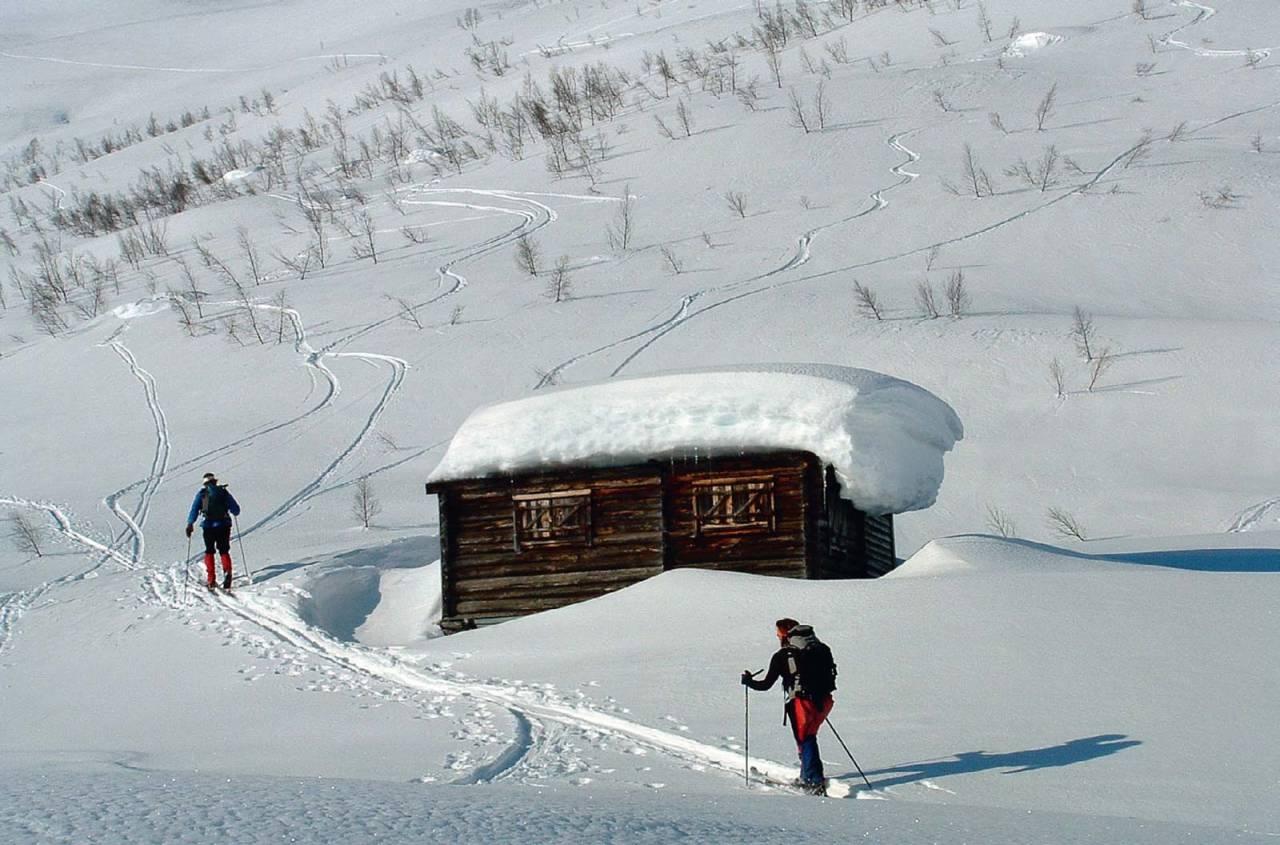 Store snømengder på veg mot Buskrednosi, ved fjellstølen i mars. Foto: Bjørnar Bjørhusdal. / Toppturar i Sogn.