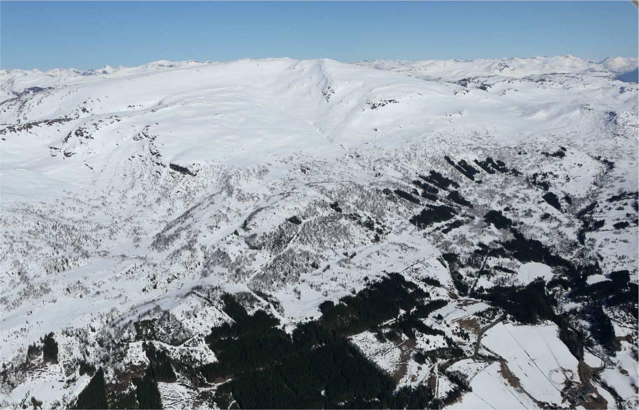 Gulkoppen sett fra sør. Starten på skiheisen nede til høyre. Foto: Håvard Myklebust. / Trygge toppturer.