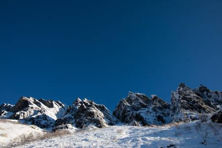 Snøvasskjærdingan i Sunndalen er ei imponerende fjellrekke, som fortjener sammenligningen med Brevent i Chamonix. Området er populært for krevende alpinklatring.