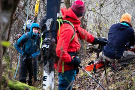 Robert Aaring, Roger Eidem og Christian Björk tar en pause i kampen med skogen nederst i dalen.
