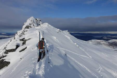 Med Åbittinden i sikte. Skiføret i området til høyer på bildet var mildt sagt nydelig.
