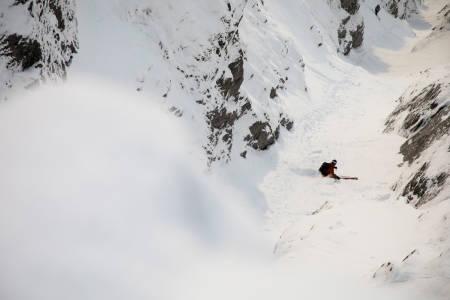 Christian Björk setter en fin sving på krevende snø i øvre del av renna.