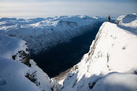 Christian Björk nyter utsikt og nydelig høstlys fra toppen.