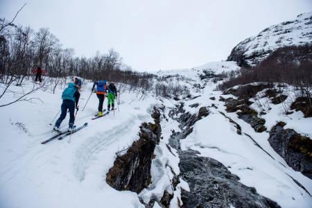HEKTISK: Selv om vinden er så sterk på Sæbø at High Camp-gjestene må få alternativ overnatting, var det likevel fint på skitur fredag. Foto: Martin Innerdal Dalen