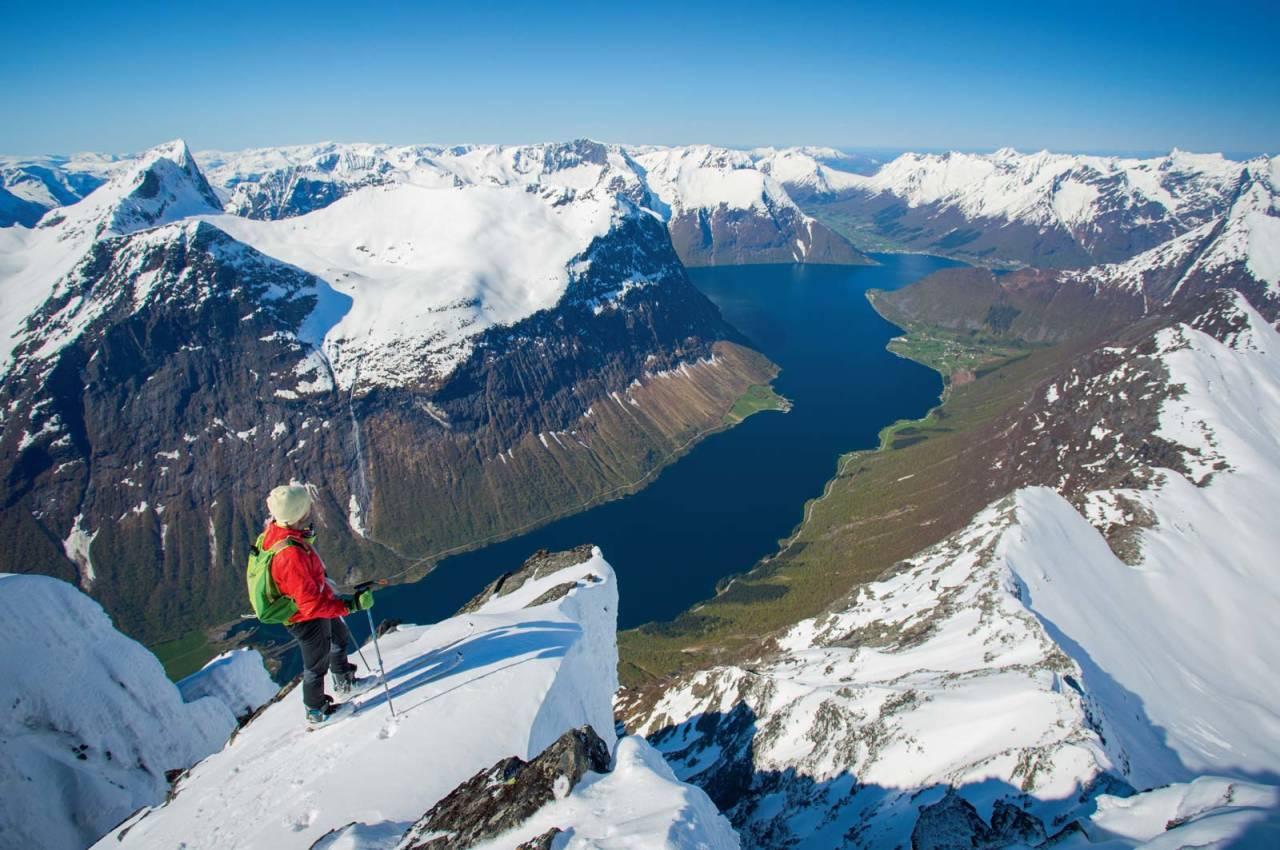 Nydeleg utsyn frå toppen av Slogen høgt over Norangsfjorden.  Foto: Håvard Myklebust.
