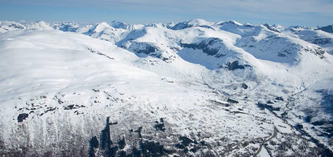 Normalvegen opp og ned frå skisenteret til venstre. Foto: Håvard Myklebust
