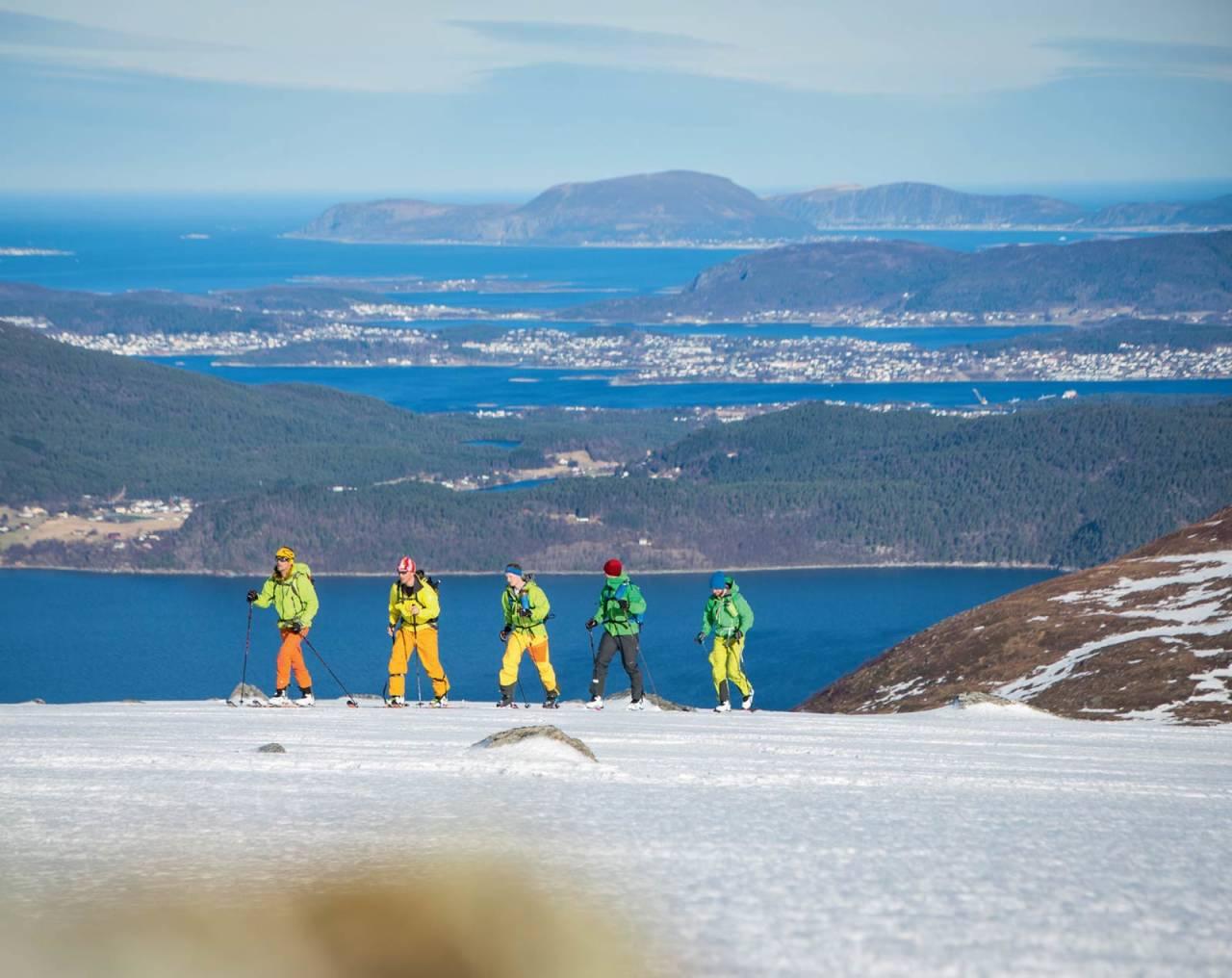 Slakt terreng på veg mot Rametinden. Delar av Ålesund i bakgrunnen. Foto: Håvard Myklebust