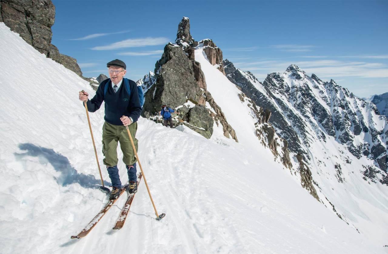 Leif Hoggen (85 år) på veg opp frå Stretet med treski! Foto: Håvard Myklebust.