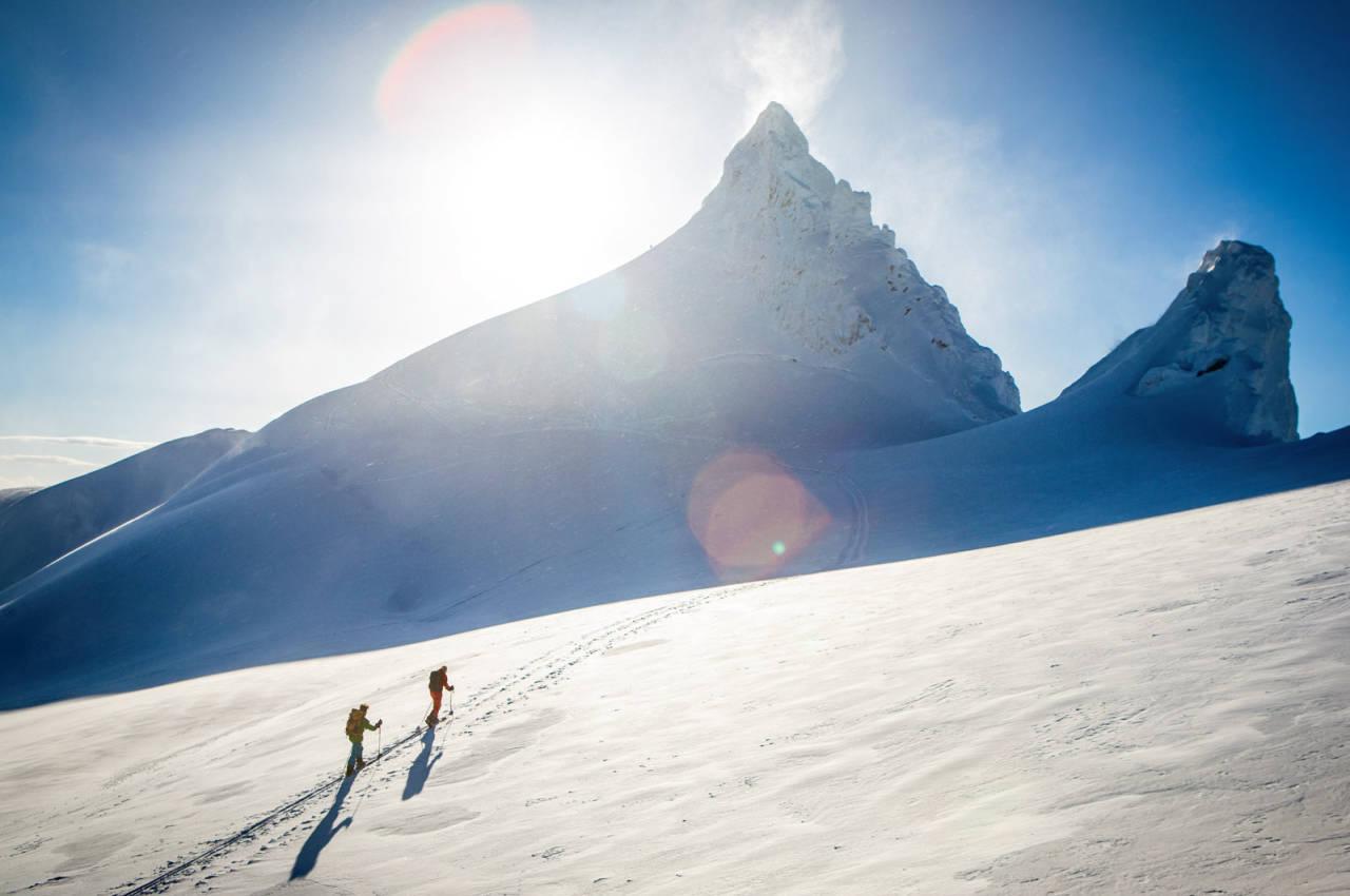 På veg mot toppen av Kolåstinden i nydeleg februarsol. Foto: Håvard Myklebust.
