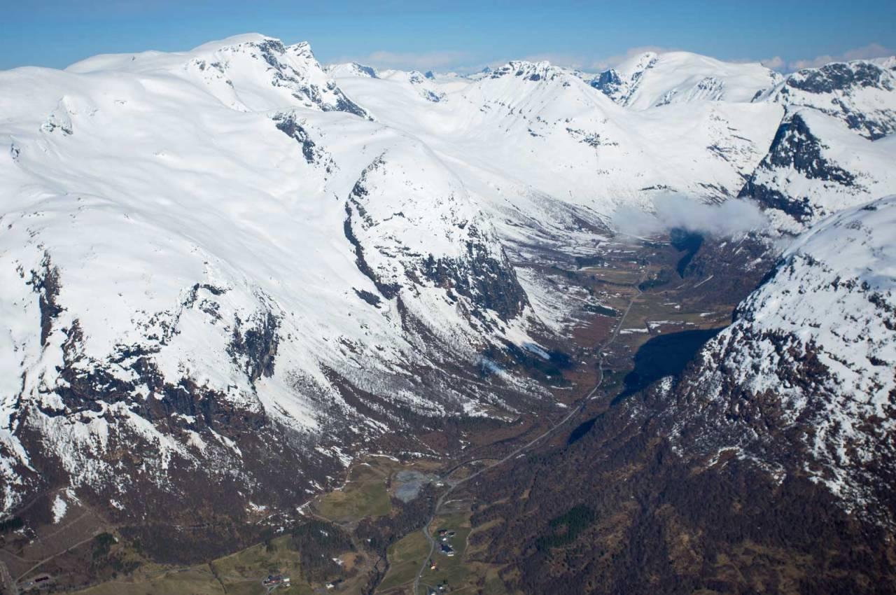 Ruta opp frå Snødalen til Kvitegga til venstre. Ruta opp frå Villa Norangdal til Blæja til høgre. Foto: Håvard Myklebust.
