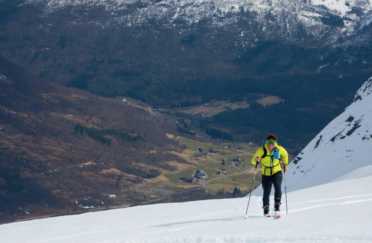 Skiløpar på veg opp Snødalen, som byr på fint skiterreng både opp og ned. Foto: Håvard Myklebust.