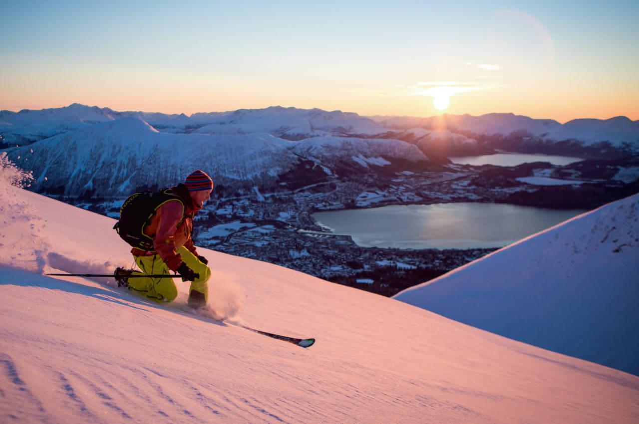 Per Ivar Lied set telemarkssvingar i solnedgangen.på Kyrkjetinden.  Foto: Håvard Myklebust.