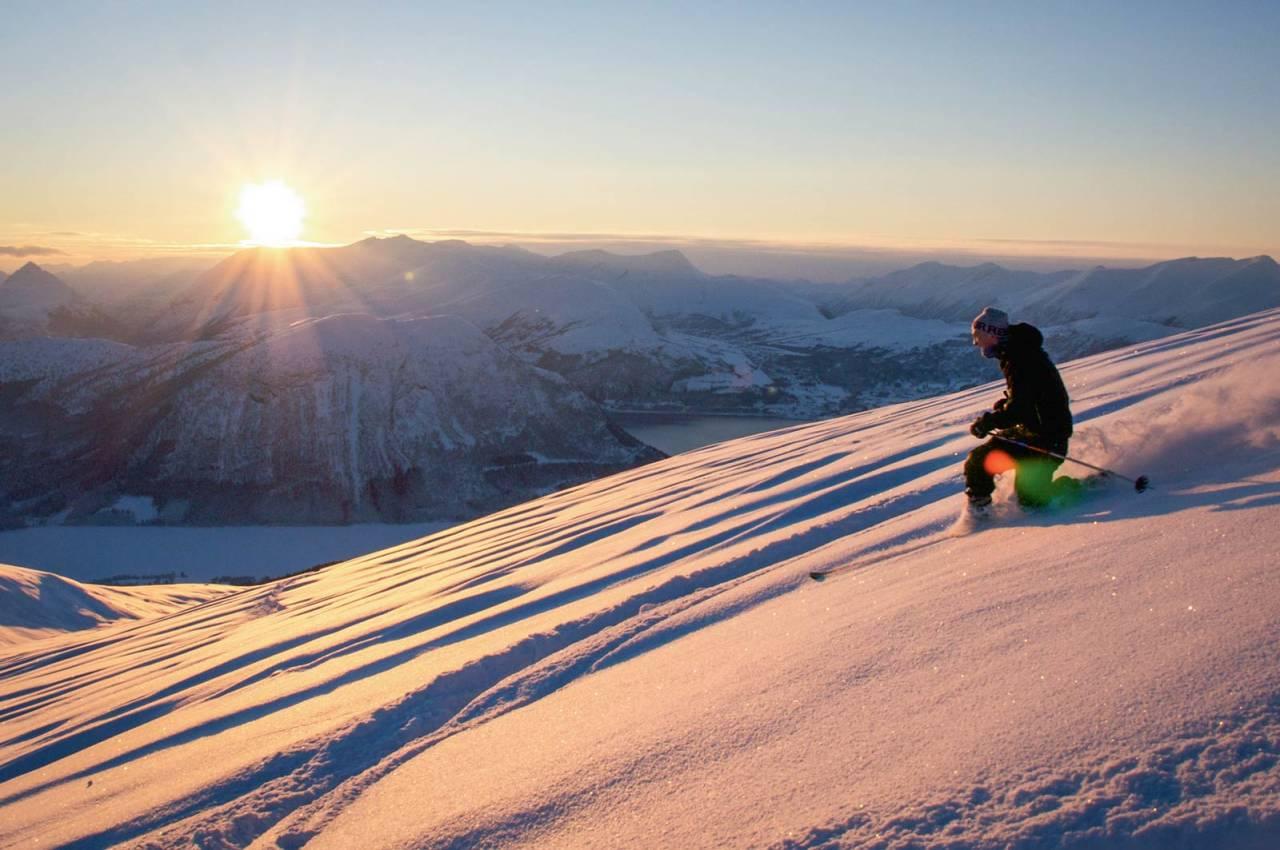Sondre Eikås på veg ned frå toppen ein fin Julaften føremiddag. Foto: Håvard Myklebust.