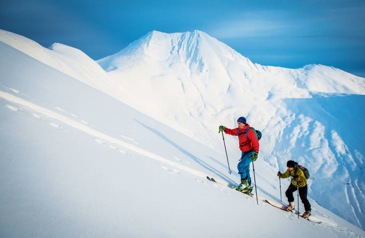 Bjarne Solbakken og Vegard Hundsnes på veg opp med Saudehornet i bakgrunnen. Foto: Håvard Myklebust