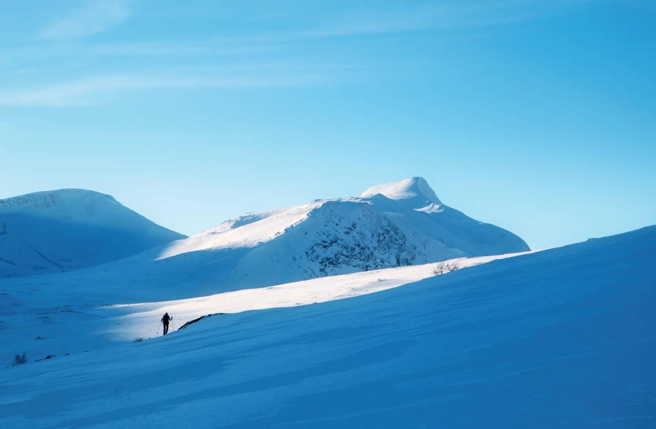 Skiløpar på veg inn mot toppryggen av Puttegga. Foto: Johan Kistrand.
