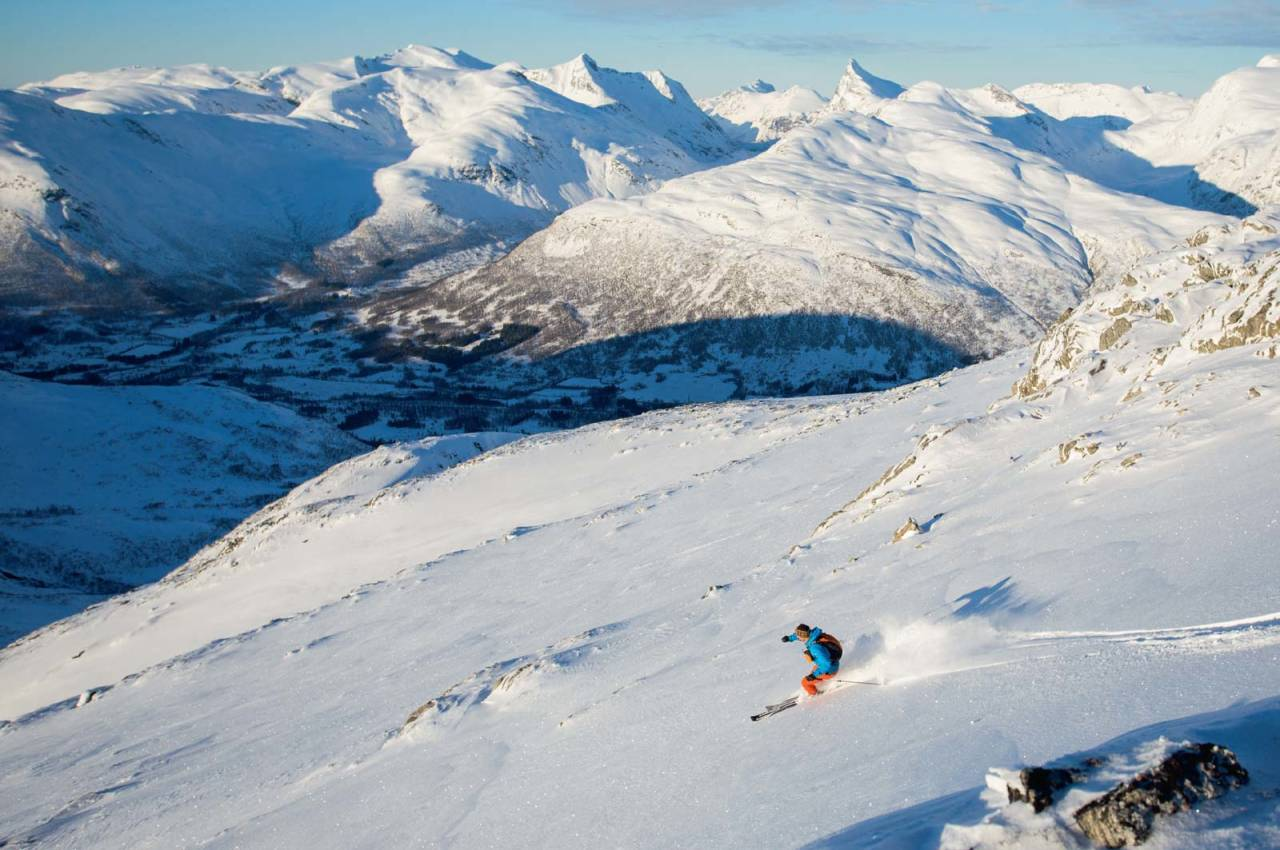 Stig Helset på veg ned frå toppen. Hornindalsrokken kneisar i bakgrunnen. Foto: Håvard Myklebust.