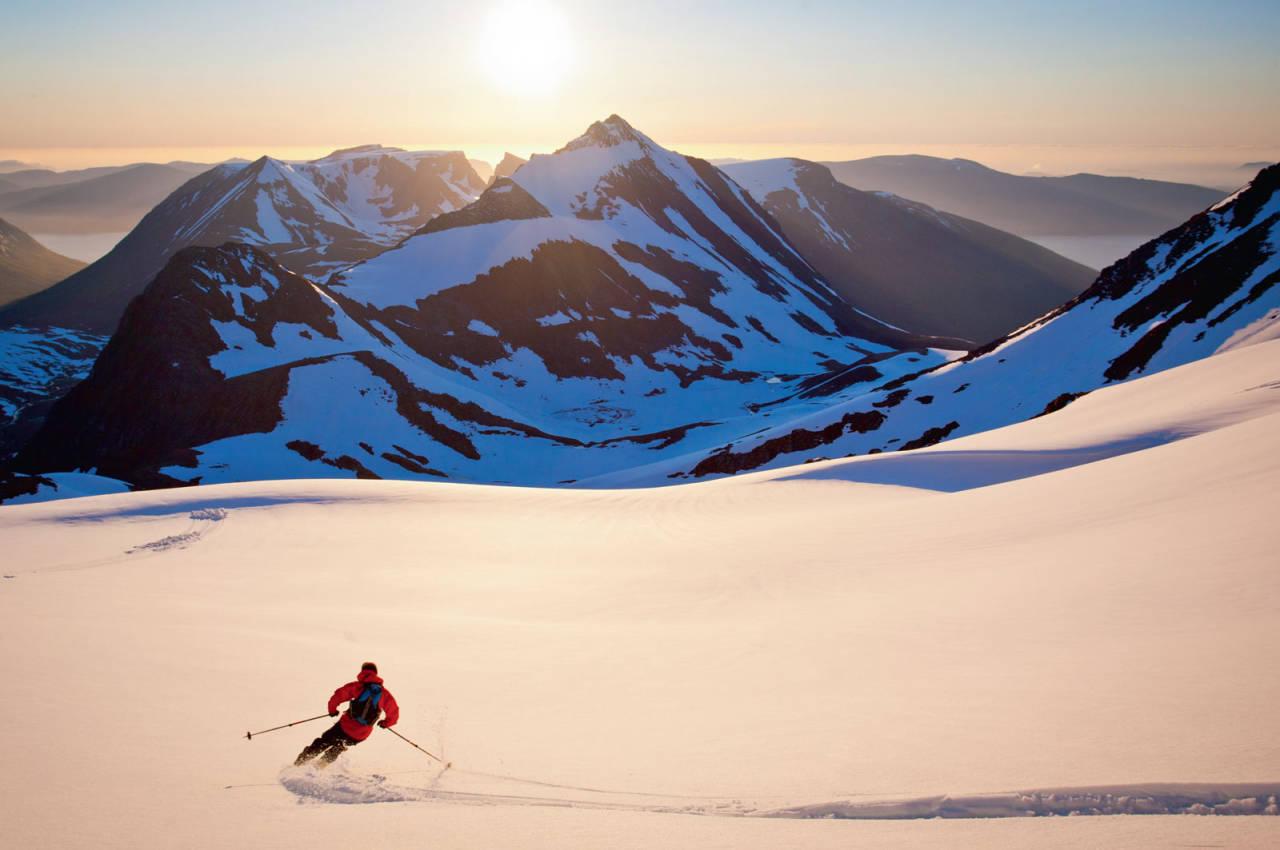 Sondre Eikås krusar inn i solnedgangen med Middagshornet midt imot. Foto: Håvard Myklebust