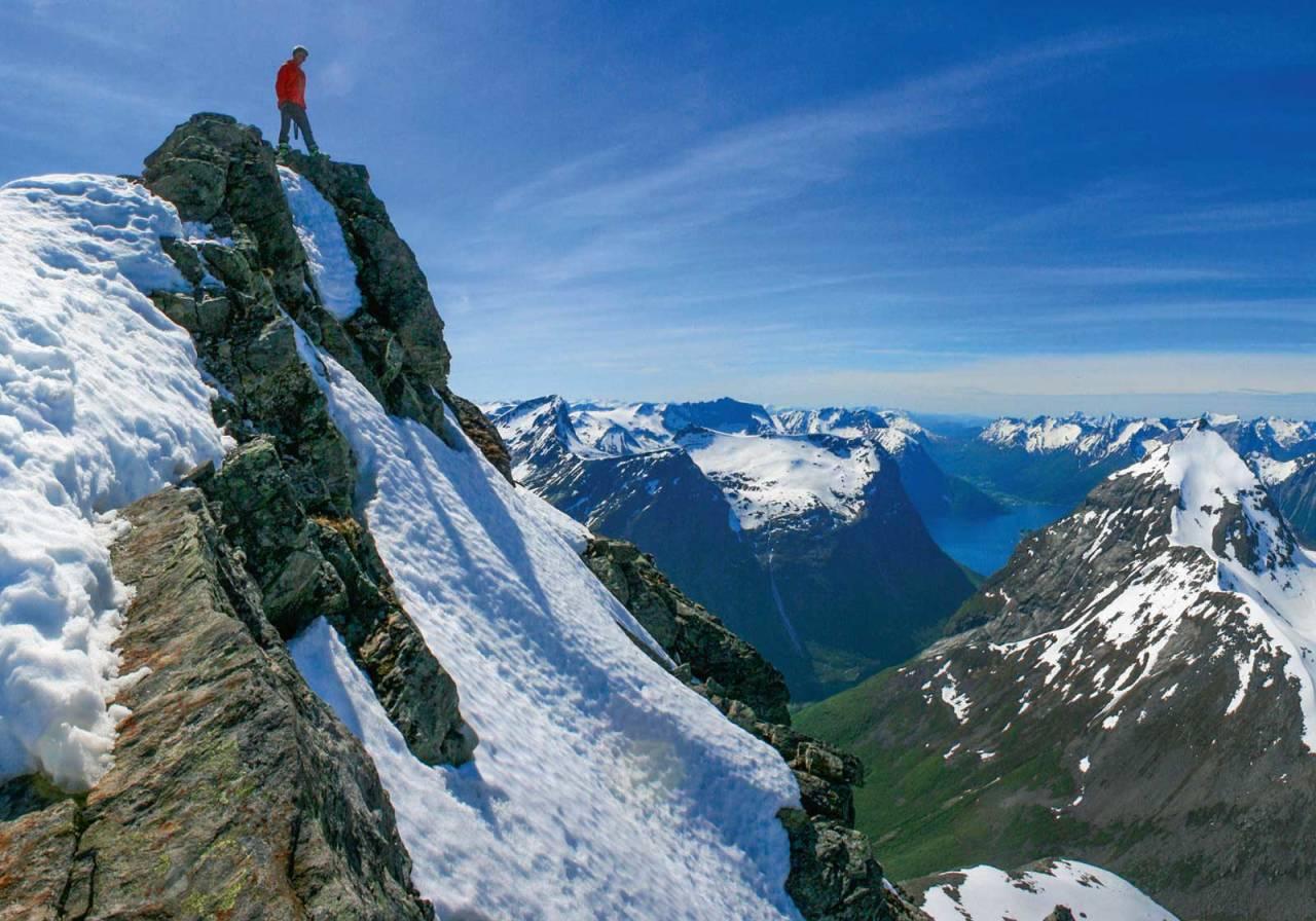 Upåklageleg utsyn frå toppen mot den meir kjende «veslebroren» Slogen. Foto: Håvard Myklebust.