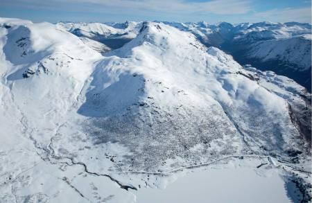 Ruter opp og ned frå Grøndalen. Eidskyrkja til venstre.  Foto: Håvard Myklebust.