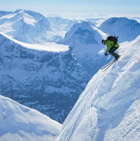 Skikøyrar droppar ned ei alternativ linje frå toppen av Urkedalstinden. Foto: Håvard Myklebust.