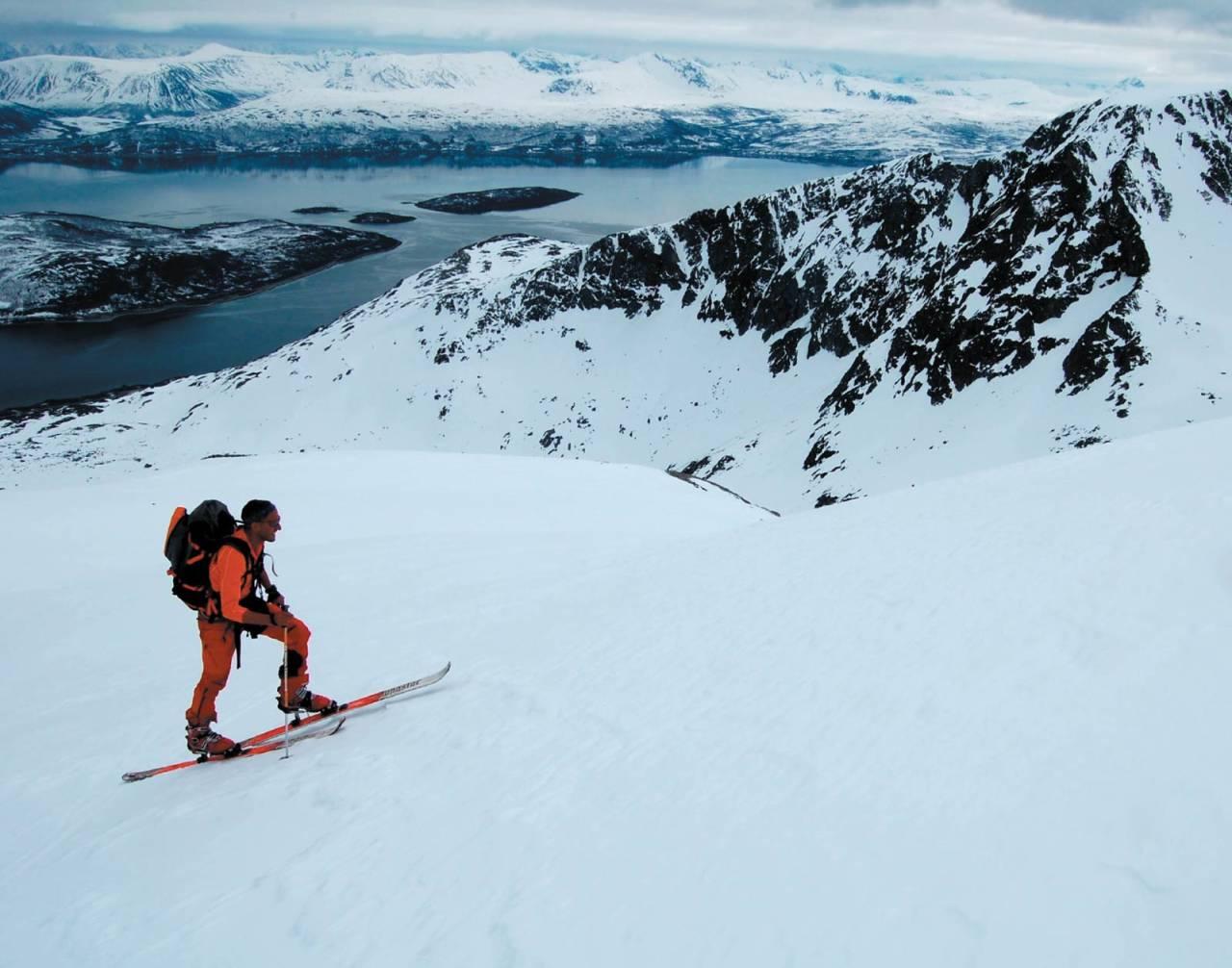 Forfatteren stiger mot Åbordalstinden. Foto: Heidi Berg. / Toppturer i Troms.